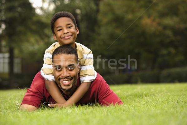 Stockfoto: Vader · zoon · vader · gras · glimlachend · zoon · Maakt · een · reservekopie