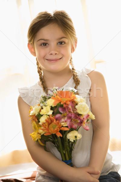 Nina flores caucásico sonriendo ramo Foto stock © iofoto