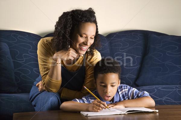 Vrouw helpen zoon huiswerk volwassen afro-amerikaanse Stockfoto © iofoto