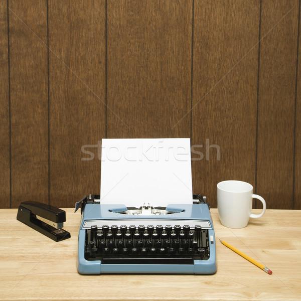 Macchina da scrivere desk vintage tazza di caffè matita cucitrice Foto d'archivio © iofoto