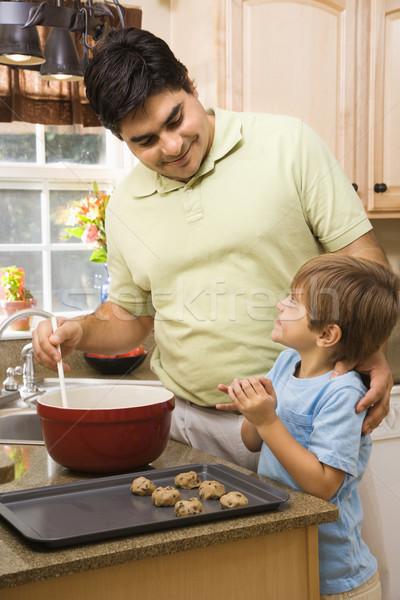 Père en fils hispanique cuisine cookies enfants Photo stock © iofoto