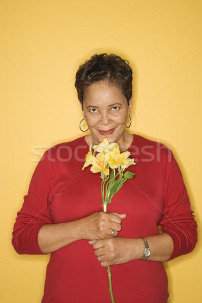 Nő virágok afroamerikai középkorú felnőtt női tart Stock fotó © iofoto