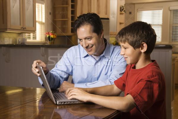 Foto stock: Homem · laptop · filho · pai · sessão · sala · de · jantar