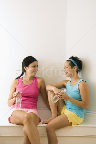 Exercício amigos quebrar dois mulheres jovens Foto stock © iofoto