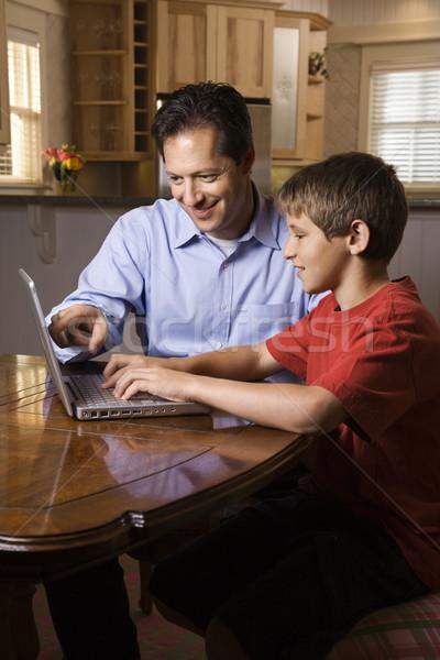 Stockfoto: Man · laptop · vader · zoon · vergadering · eetkamer