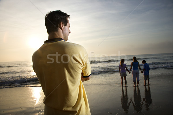 Famiglia spiaggia uomo piedi guardare Foto d'archivio © iofoto
