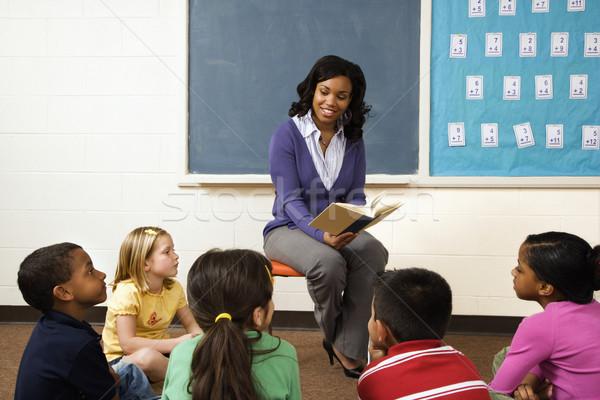 Zdjęcia stock: Nauczyciel · czytania · studentów · książki · młodych · klasie
