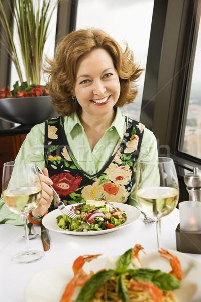 Kobieta jedzenie Sałatka starsza kobieta posiłek Zdjęcia stock © iofoto