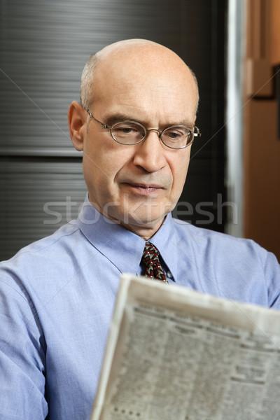 Empresario lectura periódico caucásico sesión Foto stock © iofoto