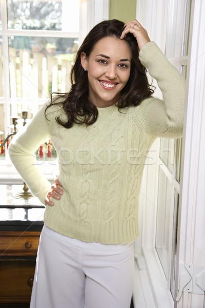 Stock fotó: Mosolygó · nő · fiatal · nő · mosolyog · kéz · csípő · néz