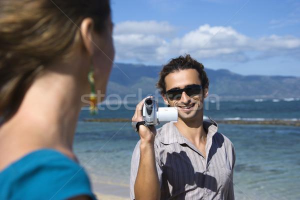 Casal filmadora caucasiano homem praia indicação Foto stock © iofoto
