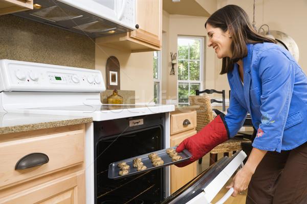Mujer cocina vista lateral hispanos adulto cookies Foto stock © iofoto