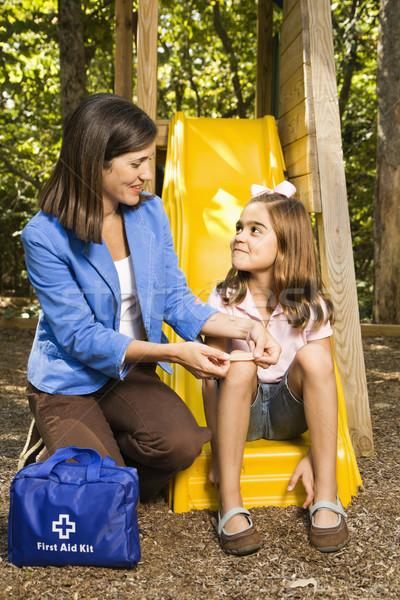 Moeder eerste hulp latino meisje vergadering speeltuin Stockfoto © iofoto