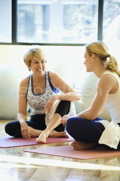 Mulheres sessão ginásio exercer conversa Foto stock © iofoto
