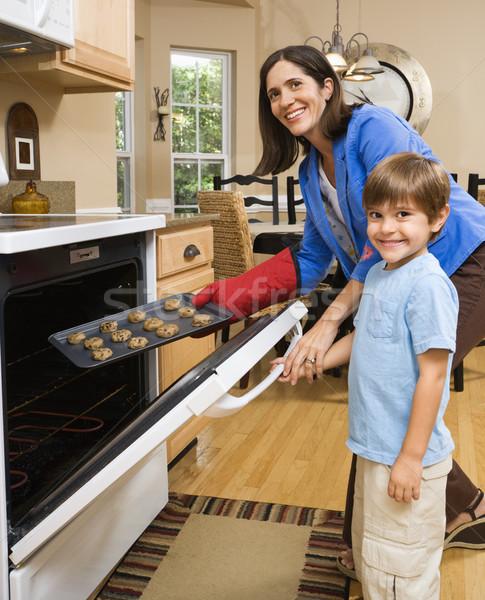 Anne oğul koyu esmer kurabiye fırın gülen Stok fotoğraf © iofoto