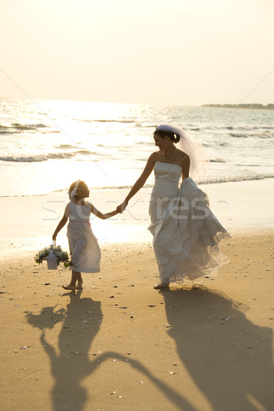 Сток-фото: невеста · цветок · девушки · кавказский · , · держась · за · руки · ходьбе
