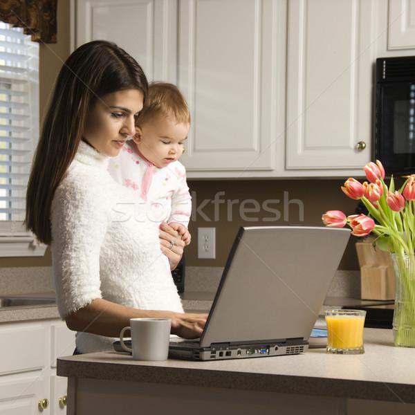 Madre baby digitando computer portatile cucina Foto d'archivio © iofoto