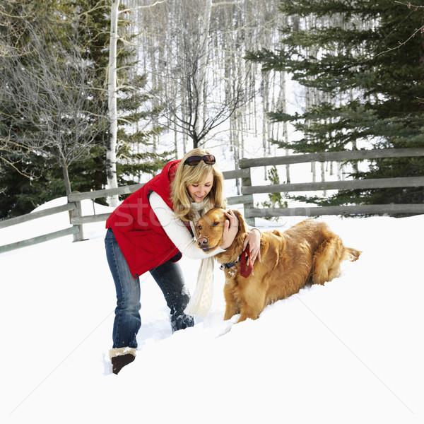 Vrouw hond armen rond sneeuw gedekt Stockfoto © iofoto