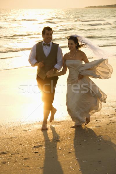 Sposa lo sposo spiaggia holding hands esecuzione Foto d'archivio © iofoto