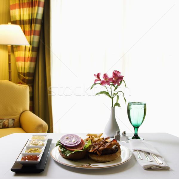 Serviço de quarto burger cheeseburger refeição flores Foto stock © iofoto