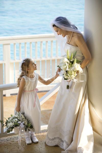 Oblubienicy trzymając się za ręce kwiat dziewczyna plaży Zdjęcia stock © iofoto