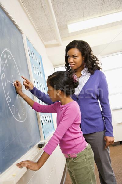 Stock foto: Lehrer · Studenten · Tafel · weiblichen · Uhr · Zeichnung