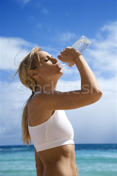 Mulher água potável praia caucasiano corpo Foto stock © iofoto