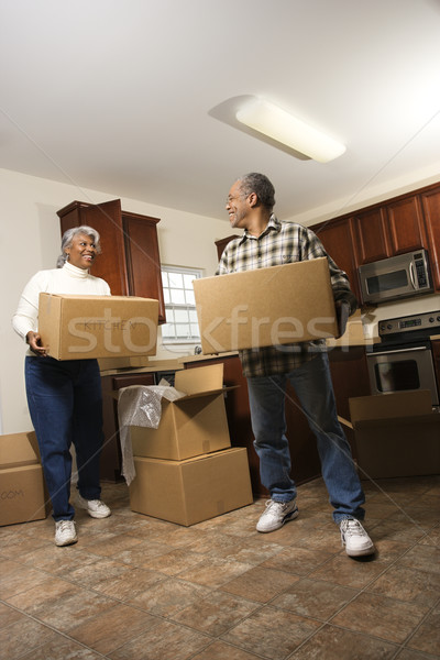 Pár költözködő dobozok mosolyog idős afroamerikai férfi Stock fotó © iofoto