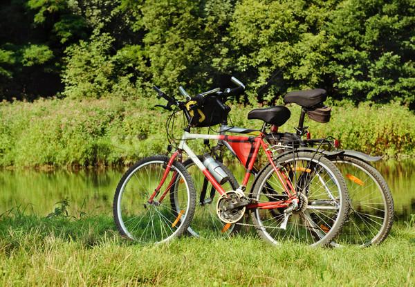 Велосипеды озеро спорт природы зеленый красный Сток-фото © Ionia