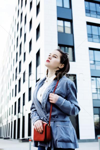 Jovem bastante morena mulher de negócios posando edifício moderno Foto stock © iordani