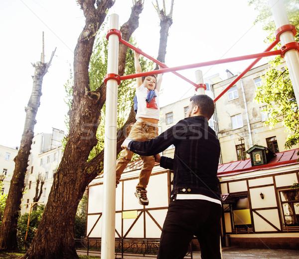 Piccolo cute ragazzo impiccagione parco giochi Foto d'archivio © iordani