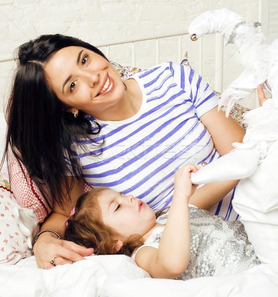 Madre hija junto cama sonriendo familia feliz Foto stock © iordani