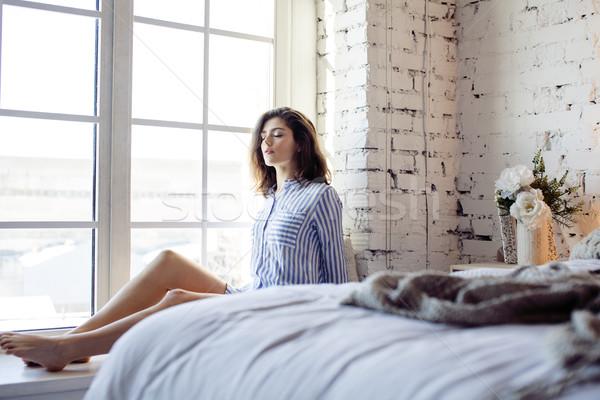 Stok fotoğraf: Genç · güzel · esmer · kadın · yatak · odası · oturma