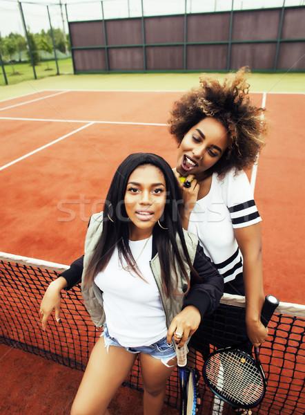 Jonge mooie vriendinnen opknoping tennisbaan mode Stockfoto © iordani
