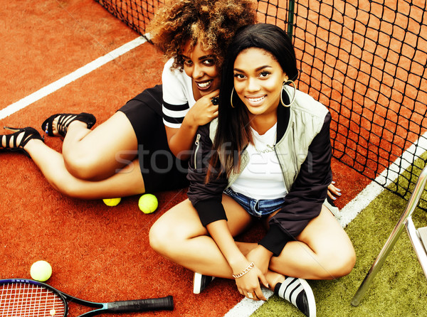 Jeunes joli suspendu court de tennis mode Photo stock © iordani