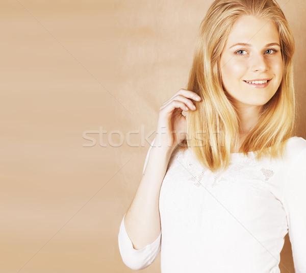 Jonge cool tienermeisje haren glimlachend Stockfoto © iordani