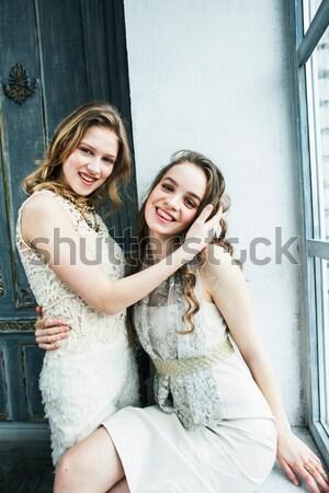 Kettő csinos iker nővérek szőke fürtös Stock fotó © iordani