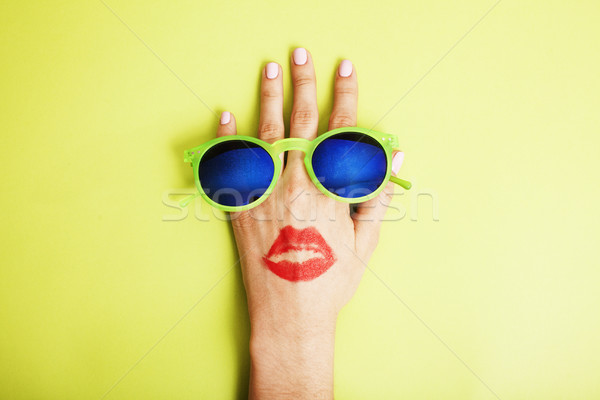 Vrouw hand zonnebril heldere cosmetische Stockfoto © iordani