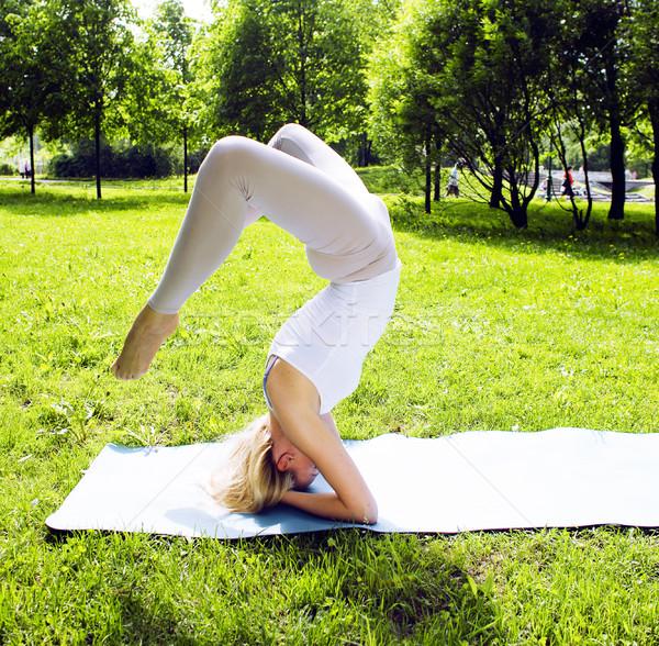 Nina yoga verde parque real Foto stock © iordani