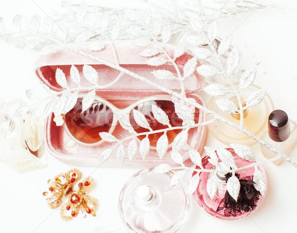 Bijuterii tabel fată dezordine cosmetic Imagine de stoc © iordani