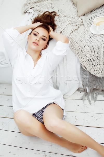 ストックフォト: 小さな · かなり · ブルネット · 女性 · ベッド · 座って