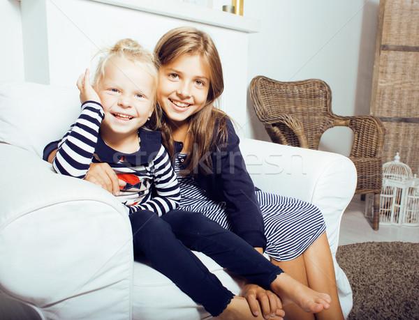 Dois bonitinho irmãs casa interior jogar Foto stock © iordani