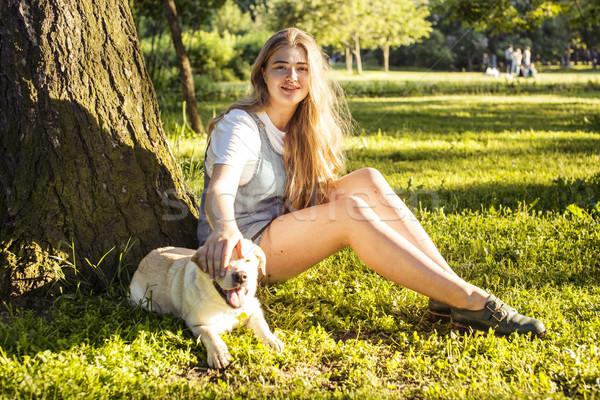 Stok fotoğraf: Genç · çekici · sarışın · kadın · oynama · köpek