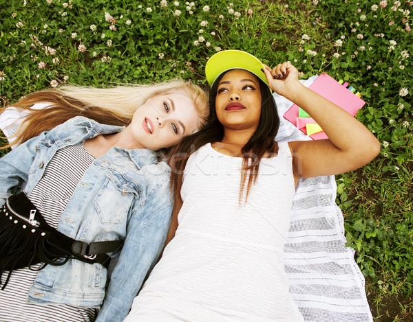 Kettő fiatal csinos tinédzser lányok legjobb barátok Stock fotó © iordani