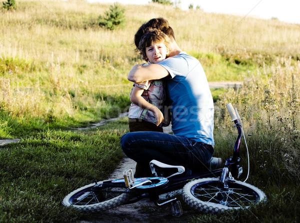 Apa tanul fiú bicikli kívül igazi Stock fotó © iordani