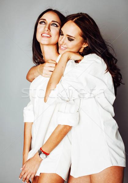 Kettő nővérek ikrek pózol készít fotó Stock fotó © iordani