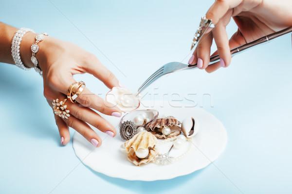 Güzel bir kadın eller pembe manikür plaka Stok fotoğraf © iordani