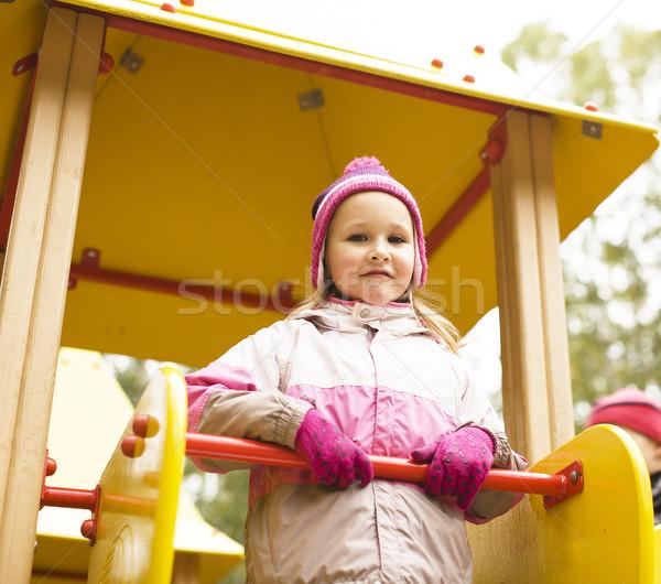 Mały cute dziewczyna gry na zewnątrz boisko Zdjęcia stock © iordani