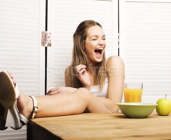 Portret gelukkig cute meisje ontbijt groene Stockfoto © iordani