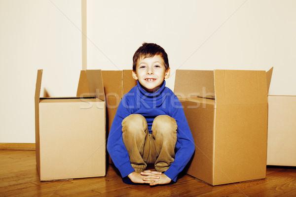 Foto stock: Pequeno · bonitinho · menino · quarto · vazio · casa